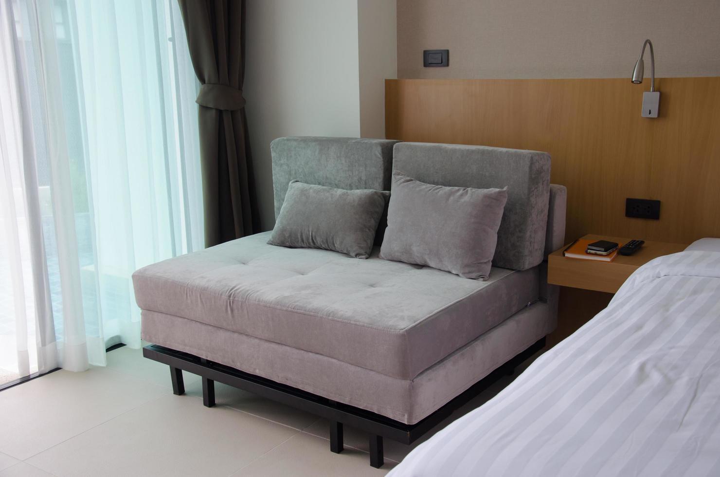 moderne bank in een slaapkamer foto