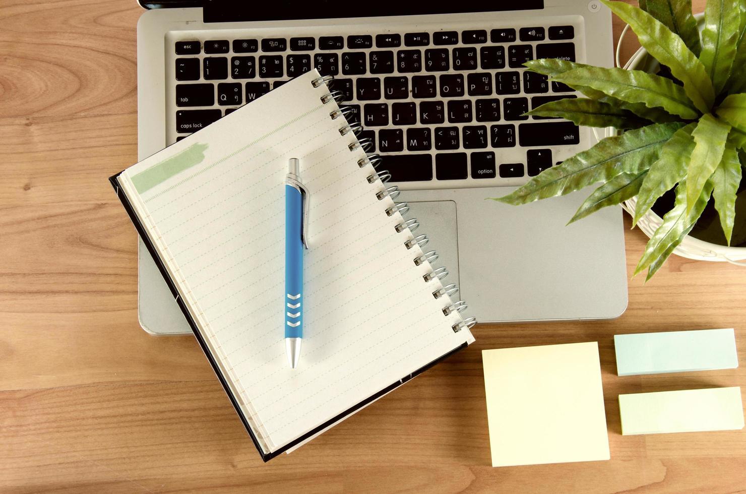 notebook en laptop op een bureau foto