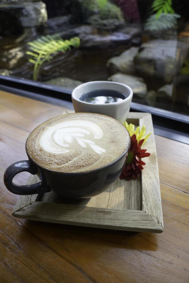 latte koffiekopje in de tuin foto