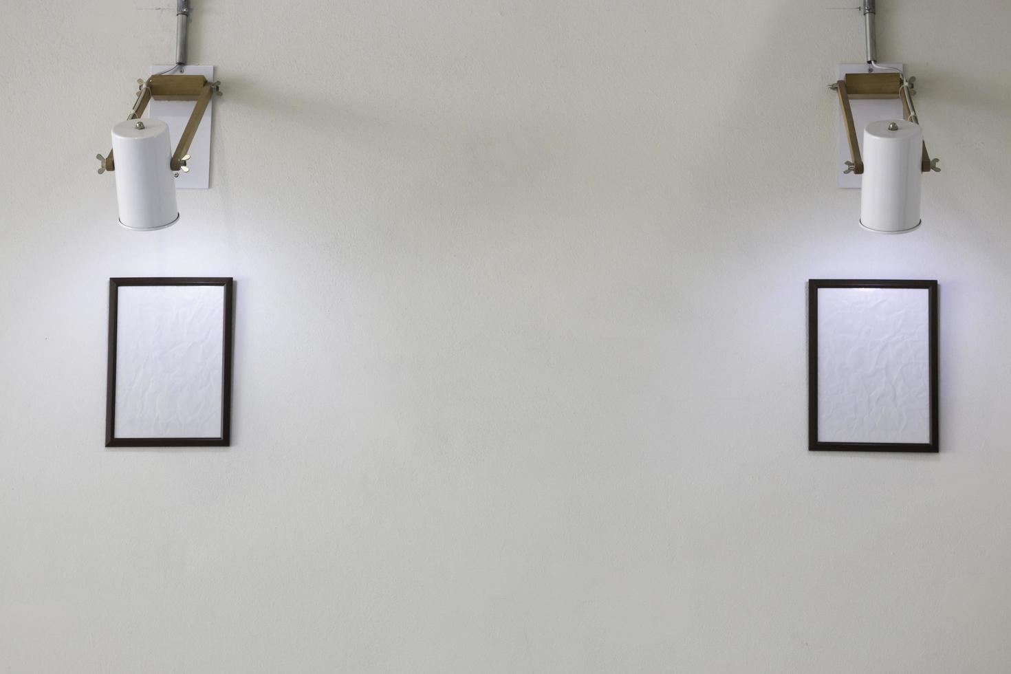 twee lege afbeeldingsframes op witte muur foto