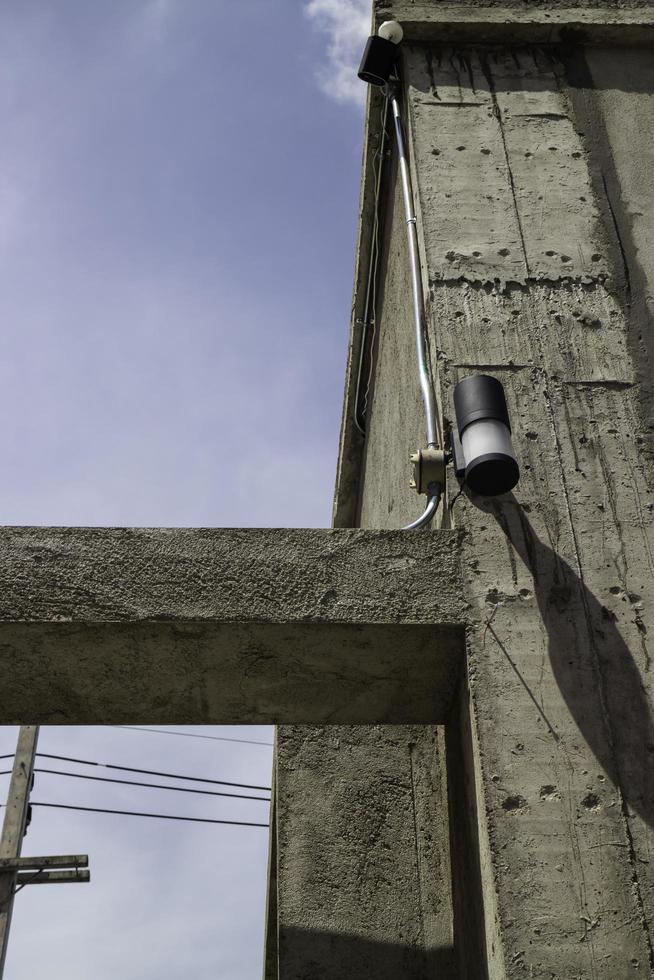 buitenkant van een betonnen gebouw foto