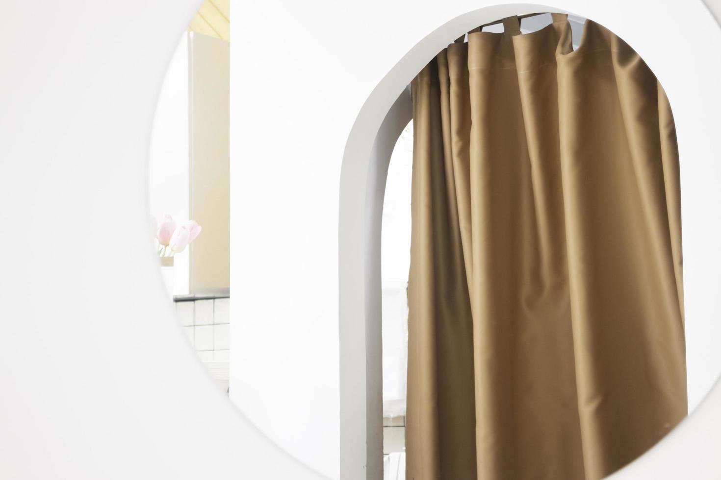 zacht gordijn in een moderne witte kamer foto