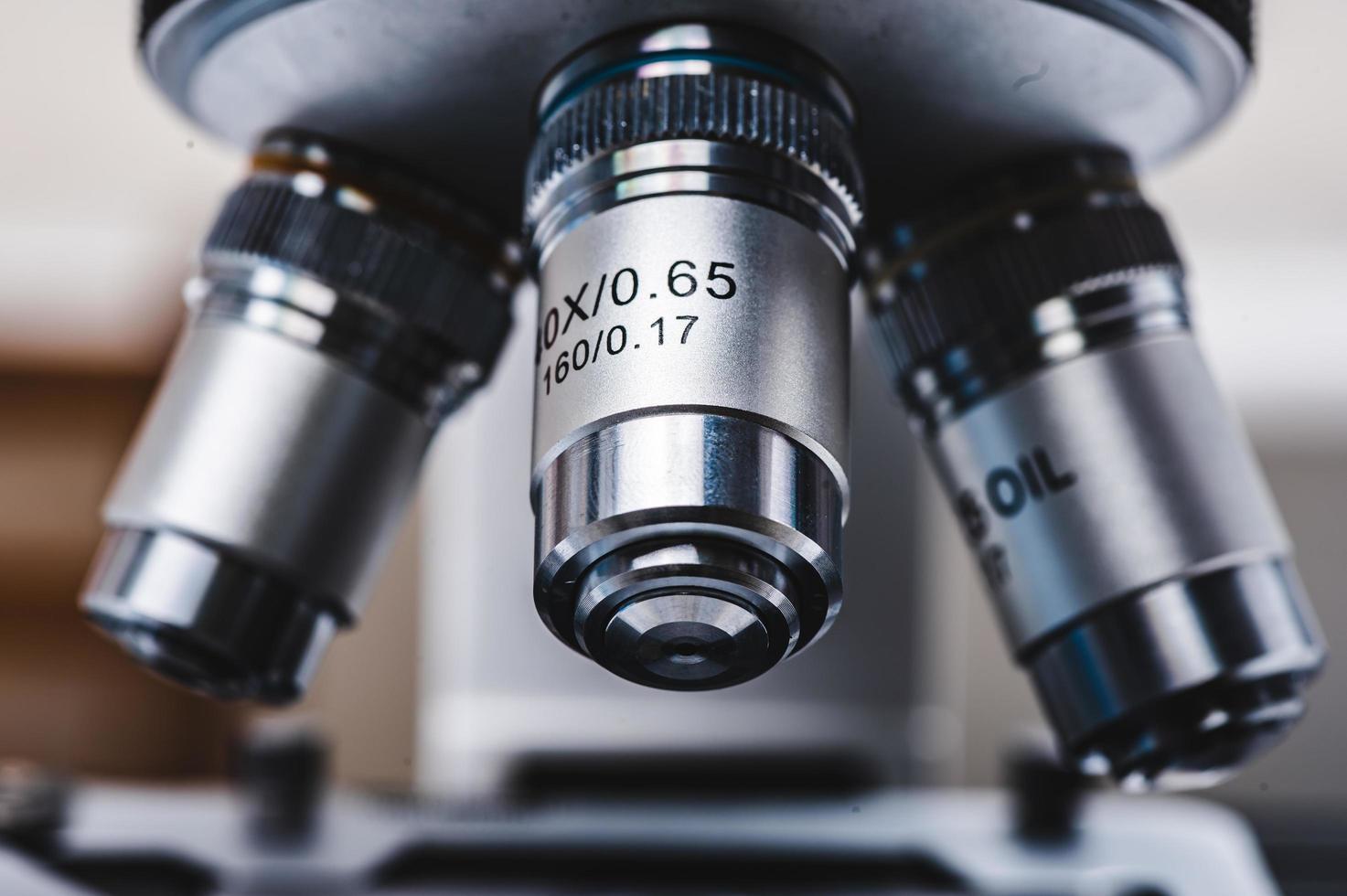 close-up van een zilveren microscoop foto