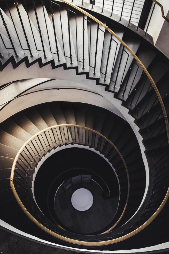 spiraalvormige donkerbruine trap foto