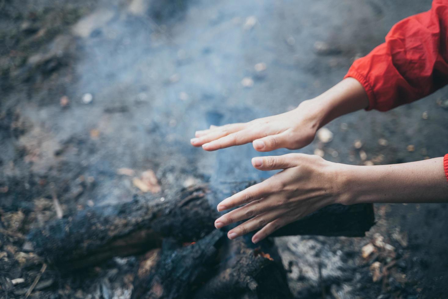 handen opwarmen bij het vuur foto