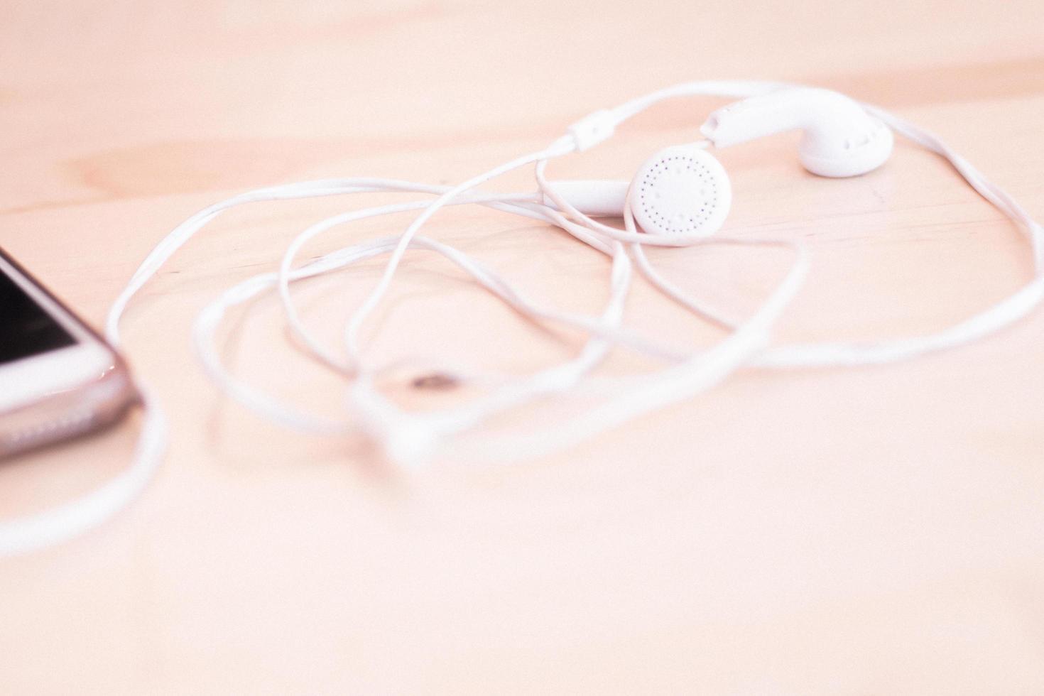 witte oortelefoons op neutrale achtergrond foto