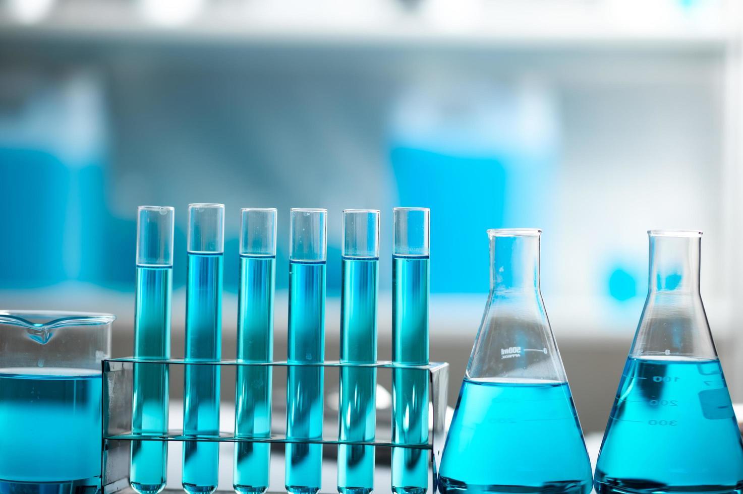 blauwe vloeistof in reageerbuizen en glaswerk foto