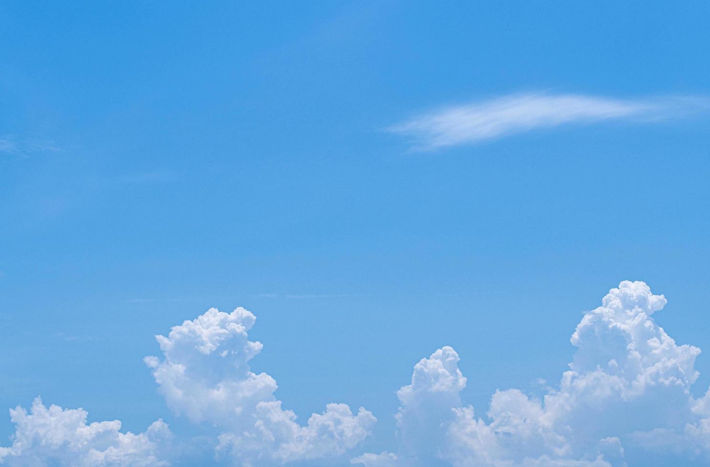 blauwe lucht witte wolken hemel witte wolken foto