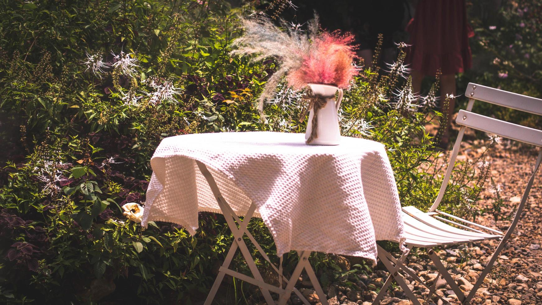 tafel voor een tuinfeest of feest buiten foto