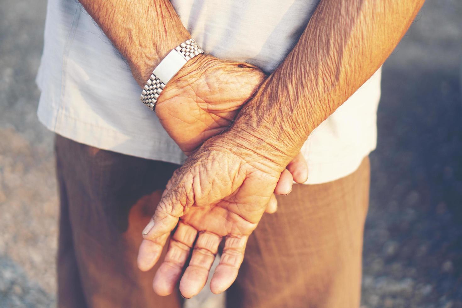 handen achter de rug van de man foto