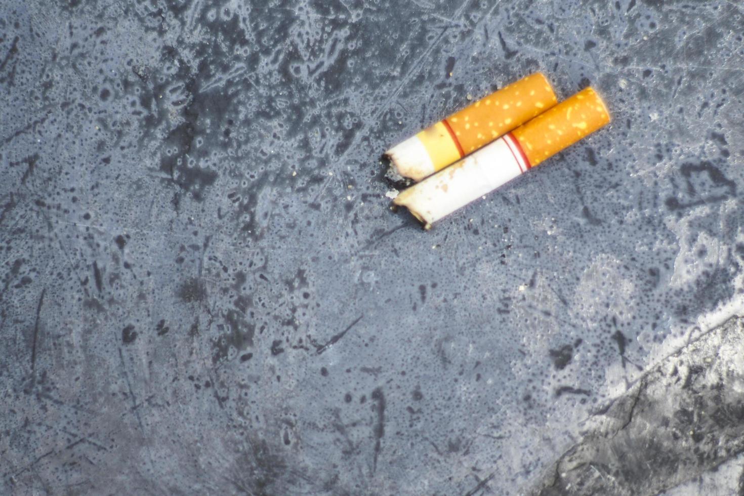 sigarettenknoppen op de grond foto