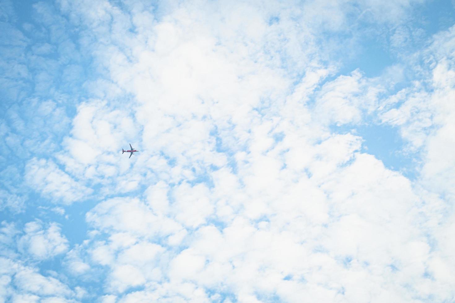 blauwe hemelachtergrond met witte wolken foto