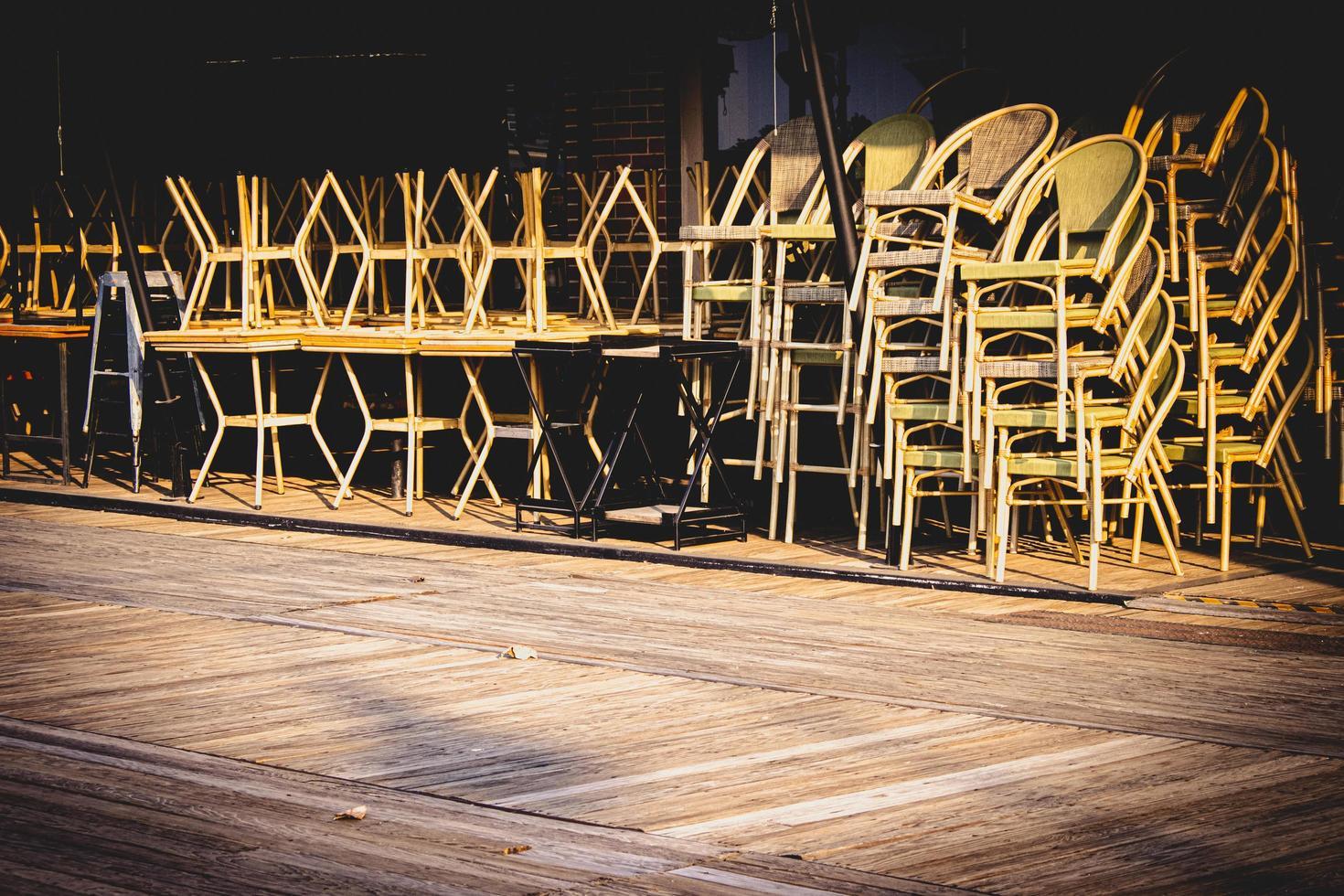 stoelen op tafels gesloten vanwege covid -19 foto