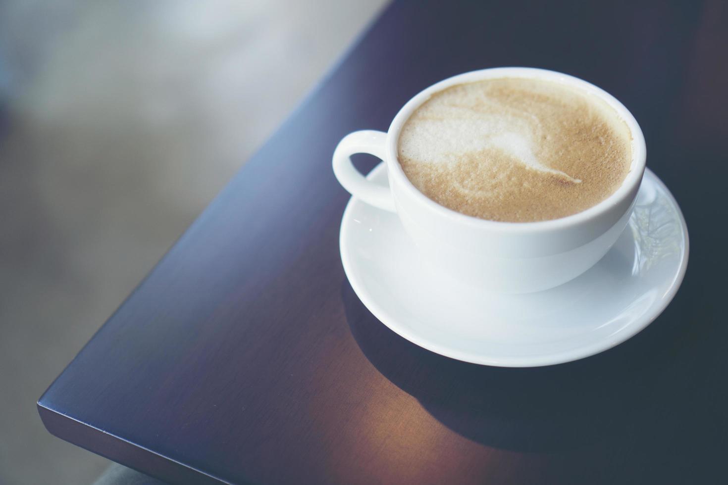 latte op een tafel foto