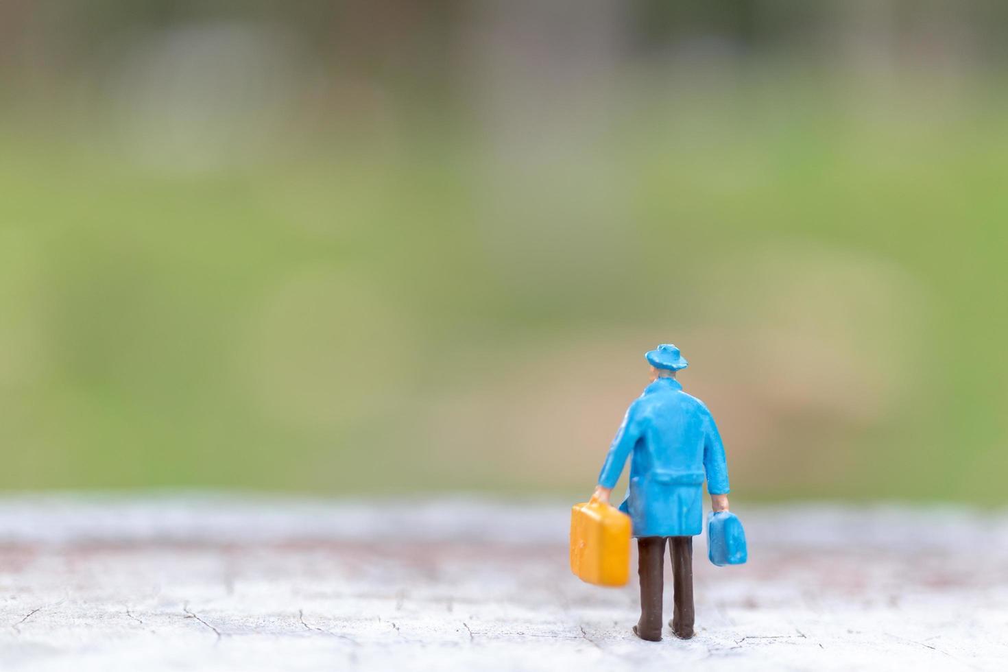 miniatuurreiziger die op een straat-, reis- en avontuurconcept loopt foto