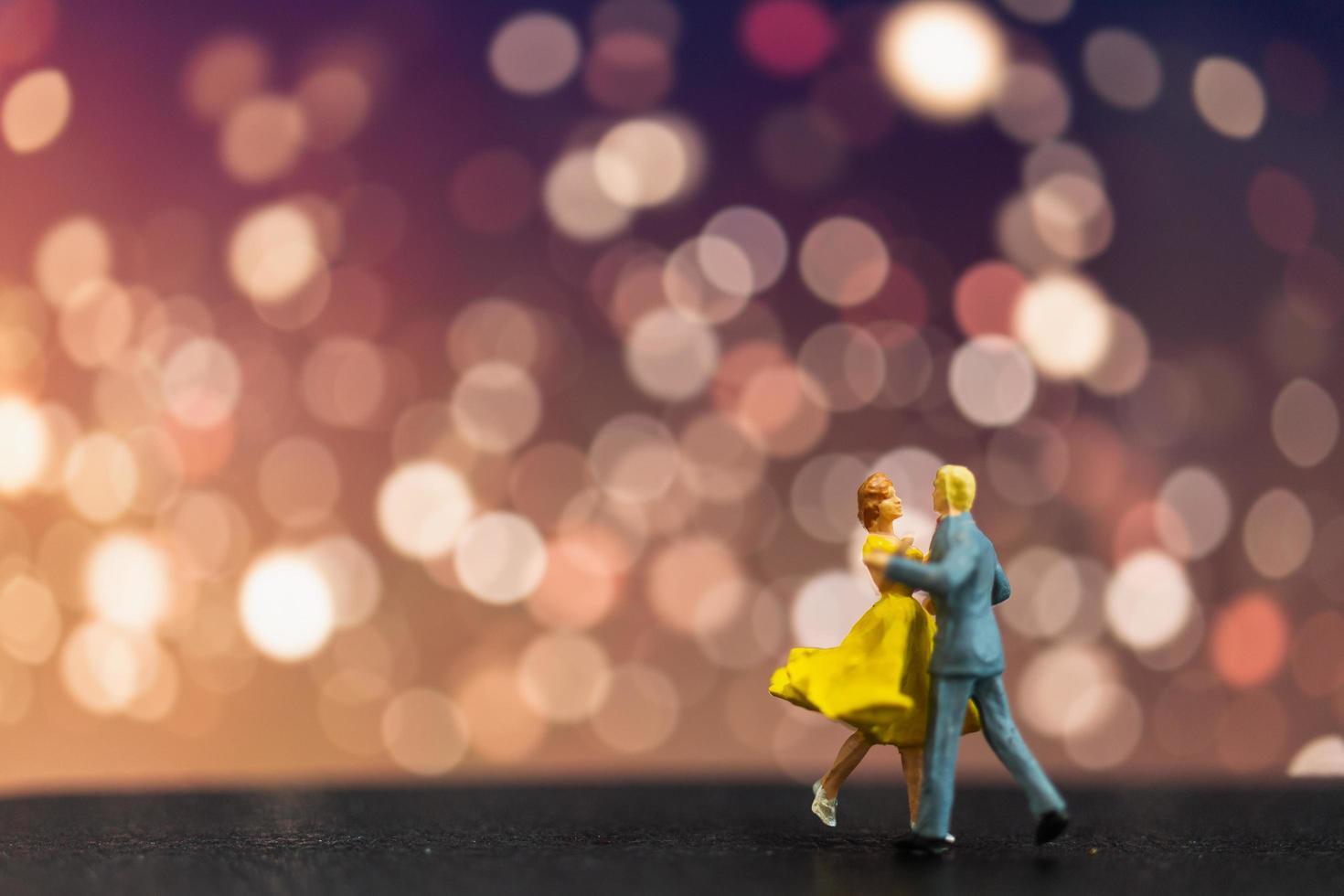 miniatuurpaar dat met een bokehachtergrond danst, Valentijnsdag concept foto