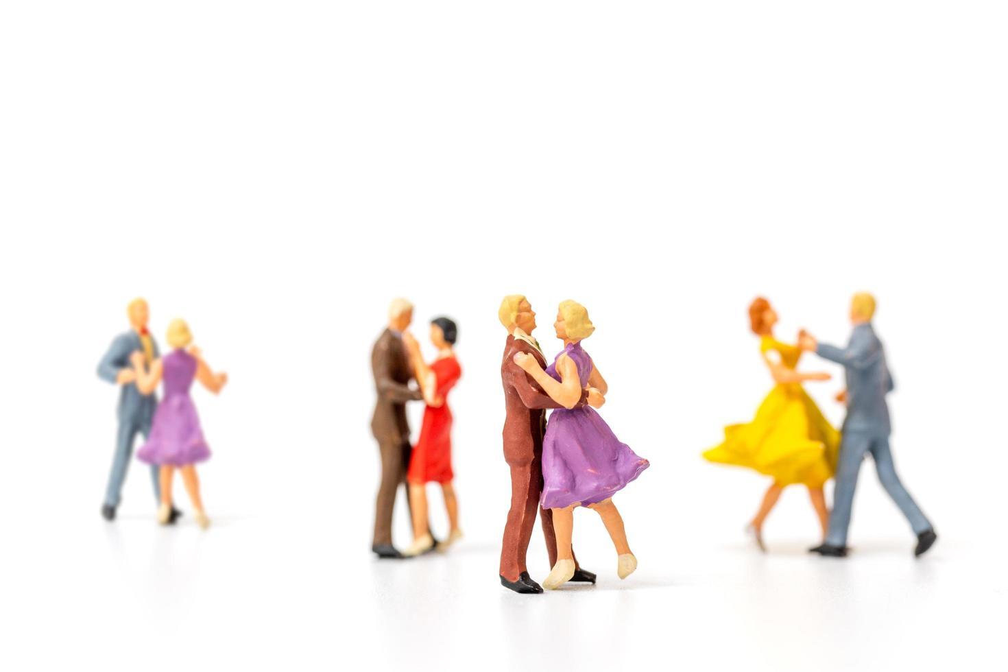 miniatuurmensen dansen op s witte achtergrond, Valentijnsdag concept foto