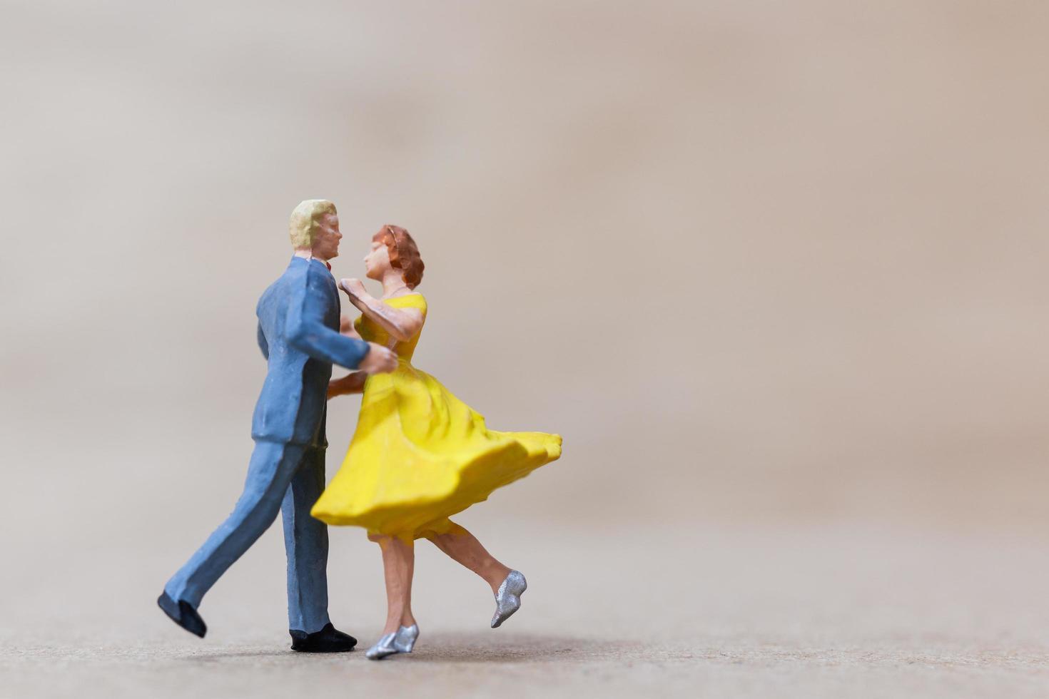 miniatuurpaar dansen op een houten achtergrond, Valentijnsdag concept foto