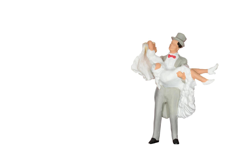 miniatuur bruiloft bruid en bruidegom geïsoleerd op een witte achtergrond foto