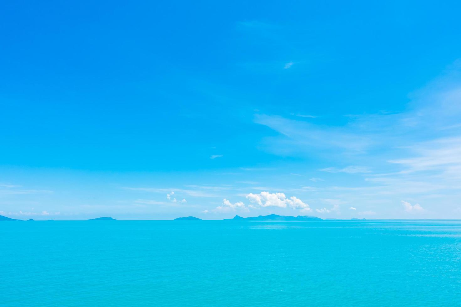 prachtige oceaan met wolken op blauwe hemel foto