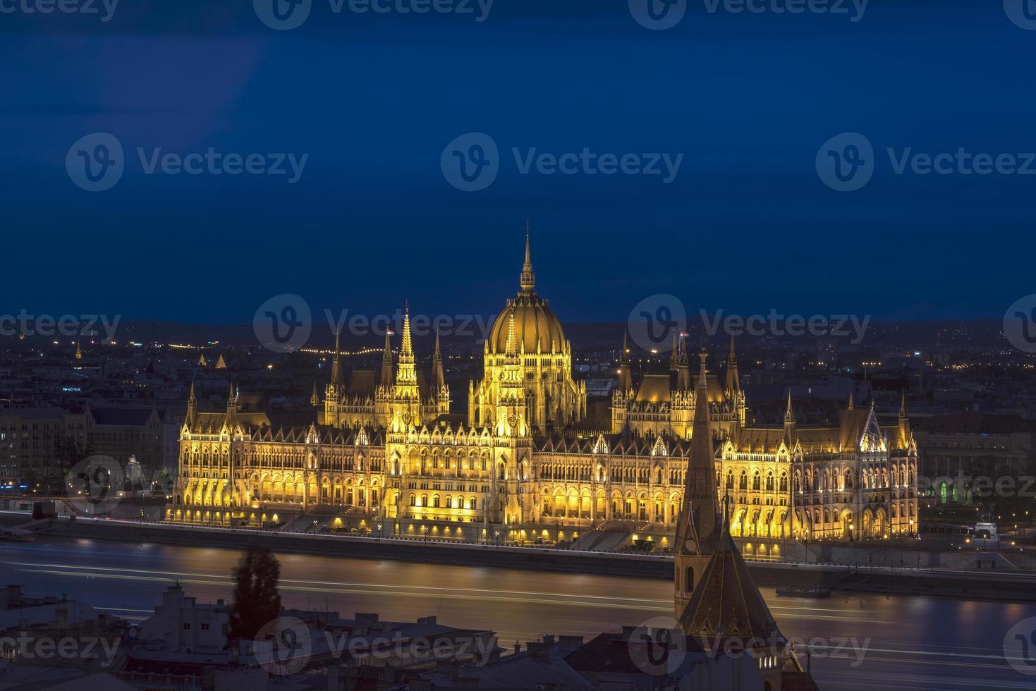 nachtlandschap van het Hongaarse parlement foto