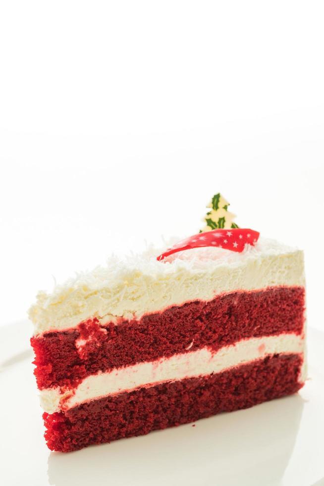 rood fluweelcake op witte plaat die op witte achtergrond wordt geïsoleerd foto