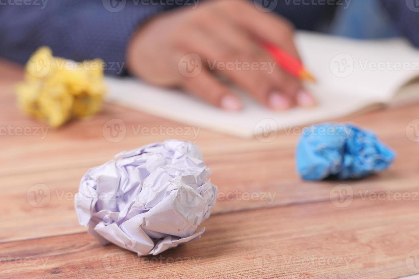 verkruimeld papier op het bureau foto