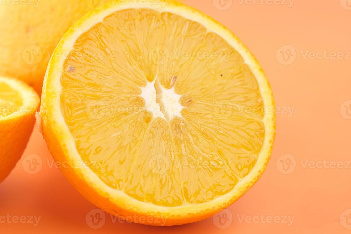 close-up van schijfje oranje fruit op oranje achtergrond foto