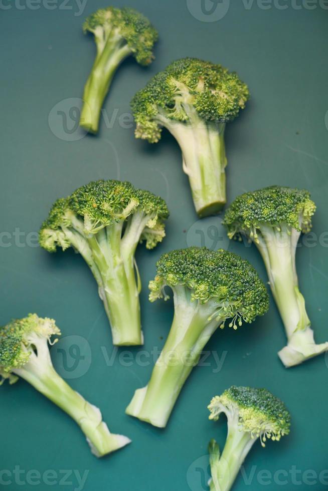 losse broccoli op donkergroene achtergrond foto