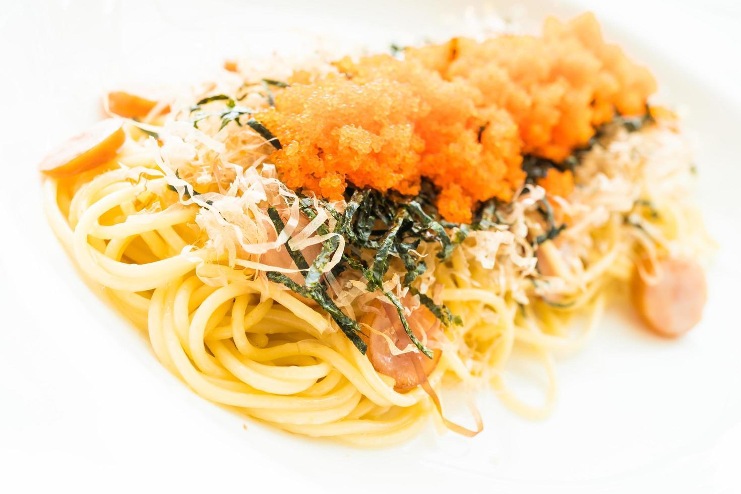 spaghetti met worst, garnalenei, zeewier, droge inktvis bovenop foto