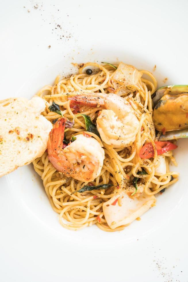 spaghetti zeevruchten in witte plaat foto