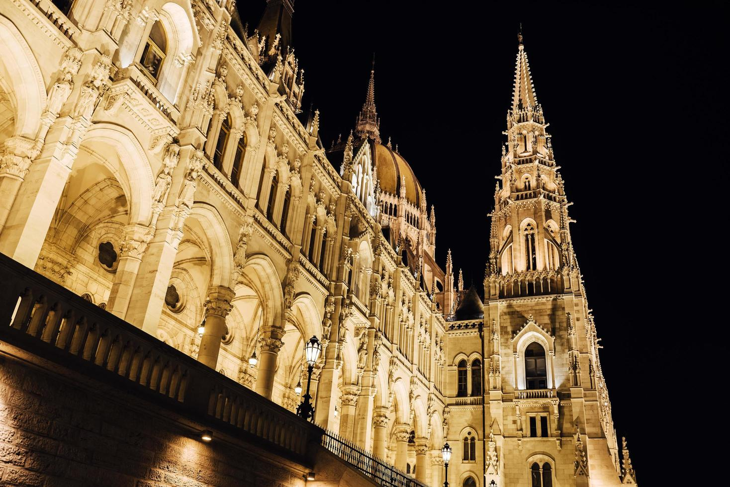het hongaarse parlement in boedapest aan de donau foto
