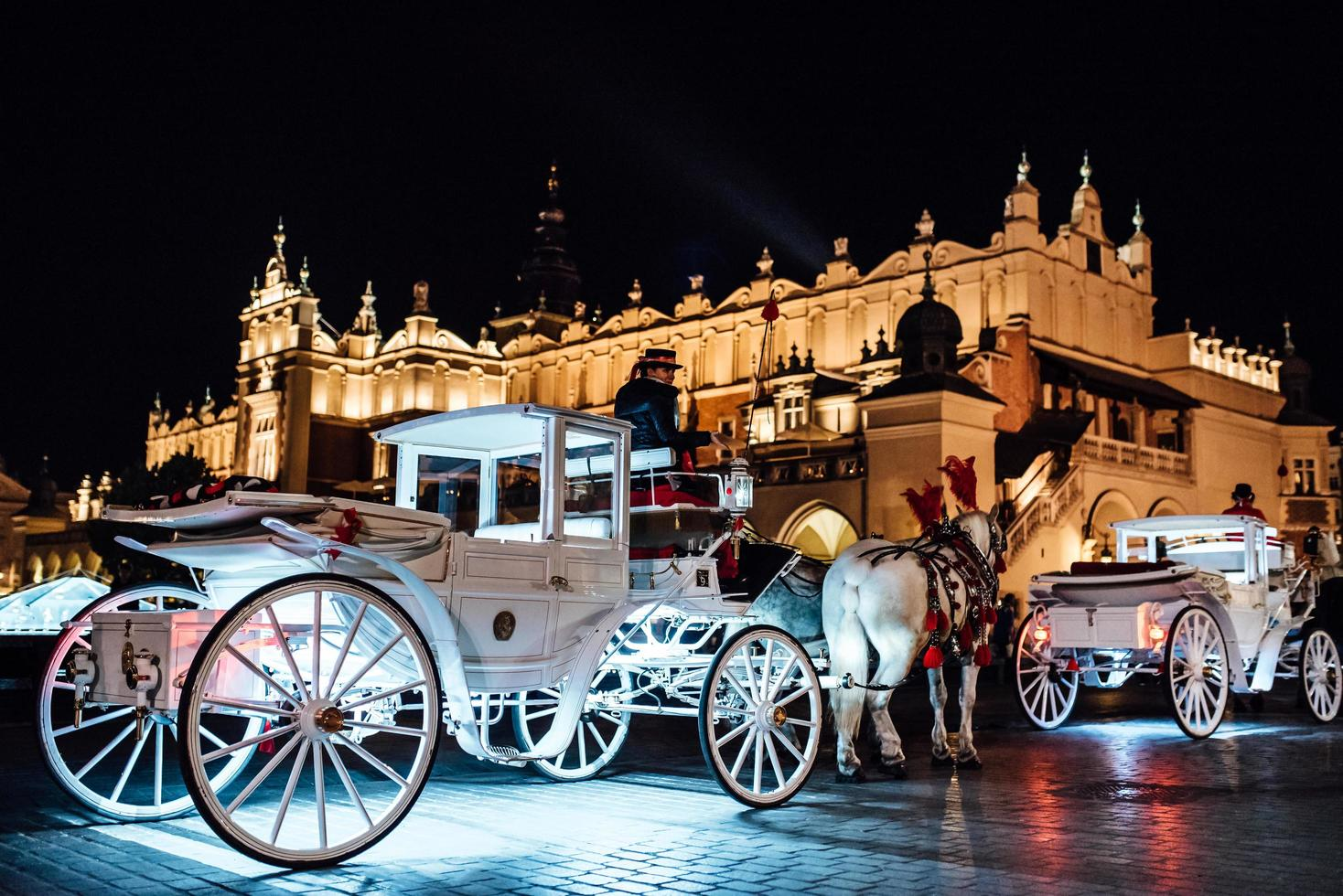 Krakau, Polen 2017- het oude plein van de nacht in Krakau met paardenkoetsen foto