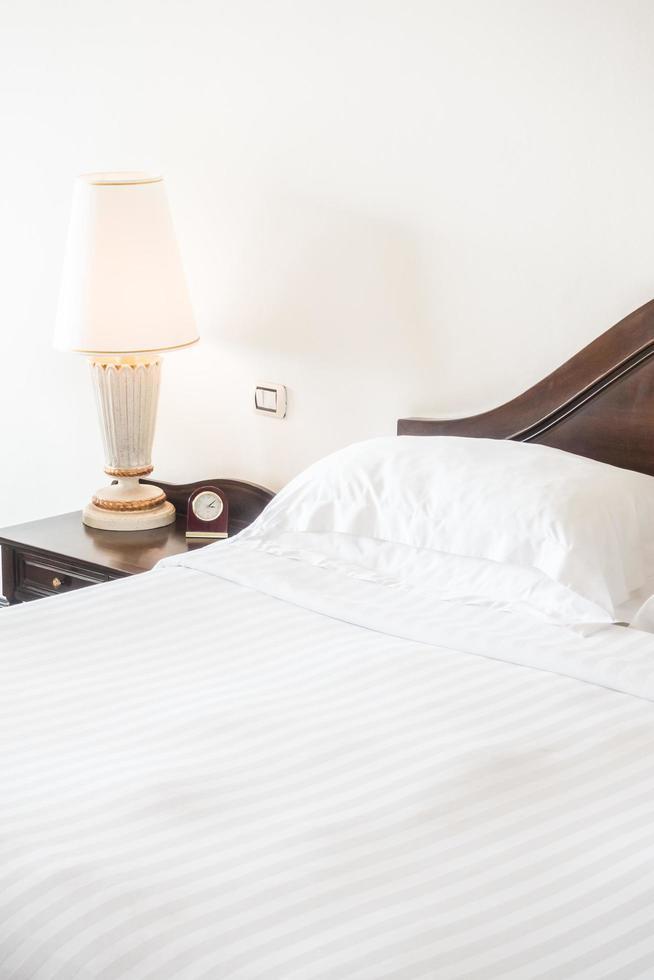 wit kussen op bed foto