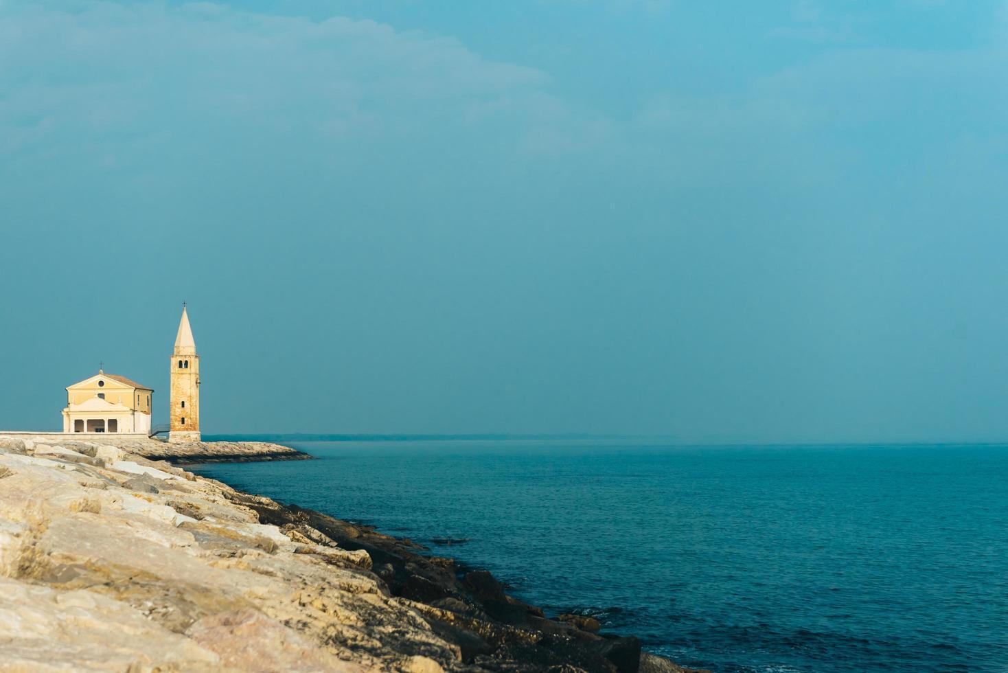 kerk van onze lieve vrouw van de engel op het strand van caorle italië foto