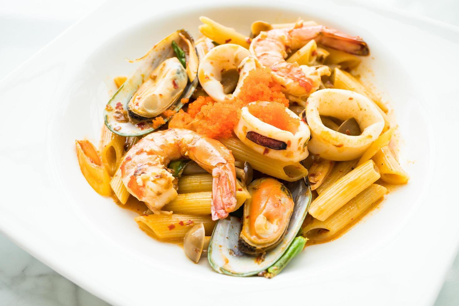 penne zeevruchten tom yum pasta foto