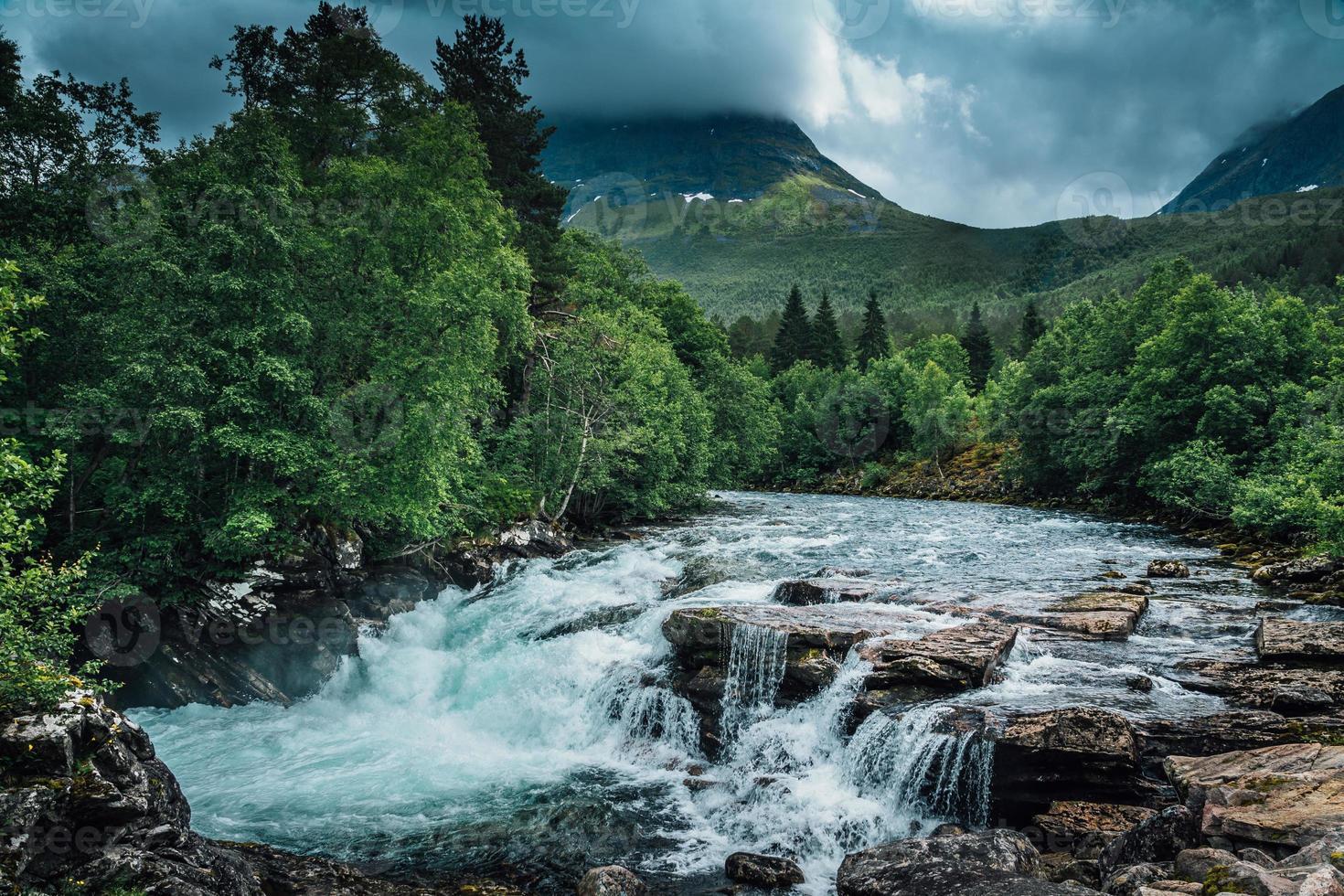 rivier in noorwegen die langs een berghelling stroomt foto