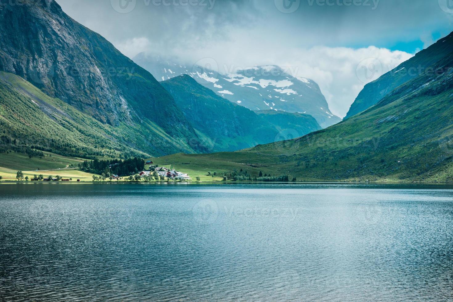 dorp aan het meer in een vallei in noorwegen foto