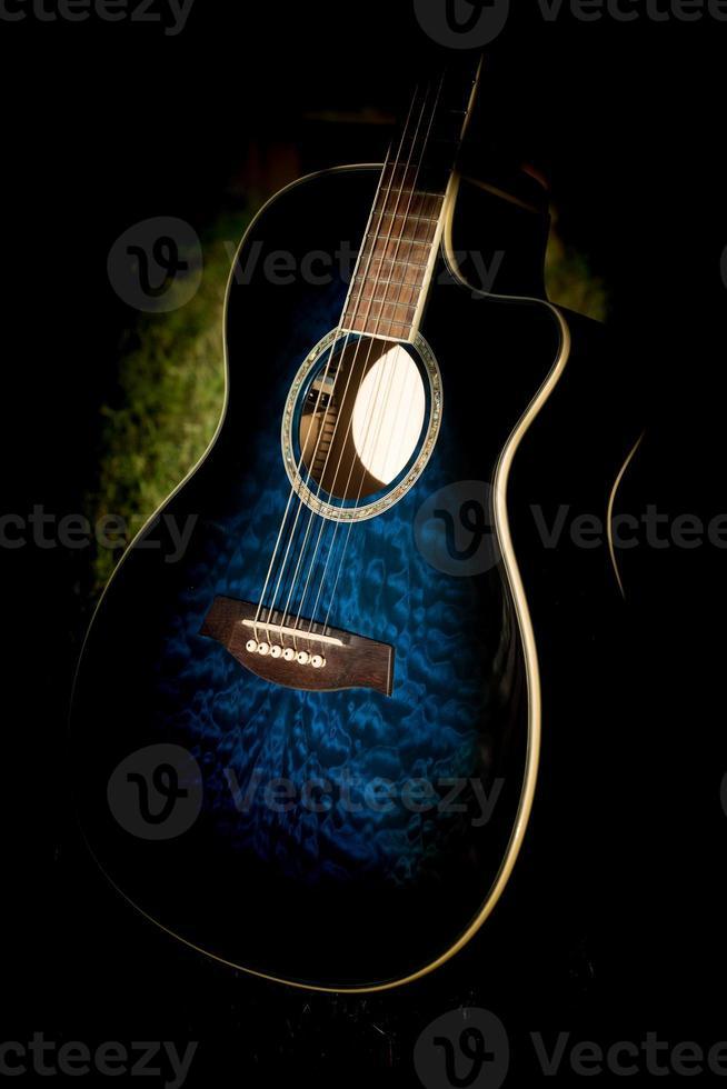 sluit het oog op een blauwe akoestische gitaar foto