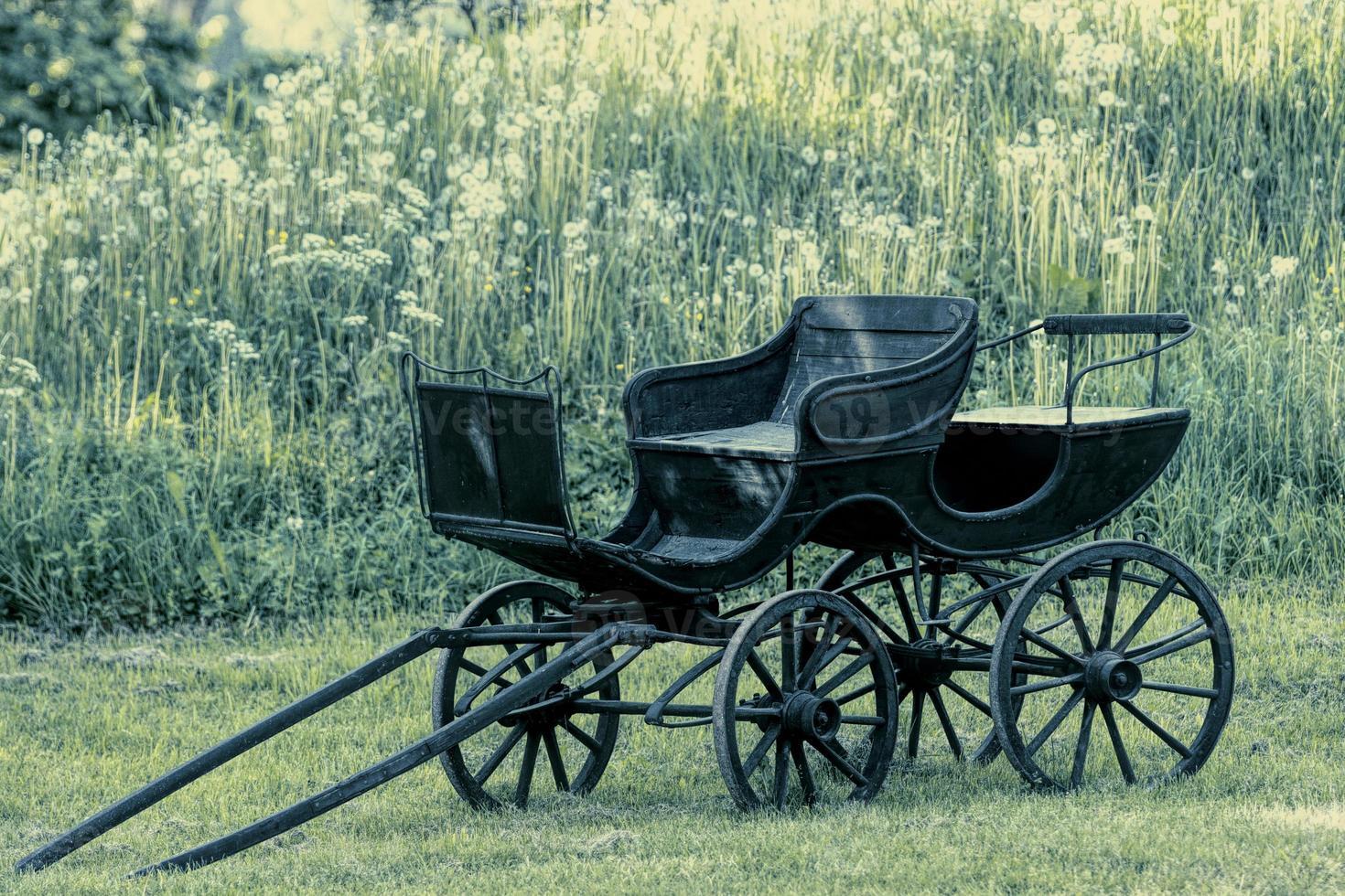zwarte oude postkoets of paardenkoets foto