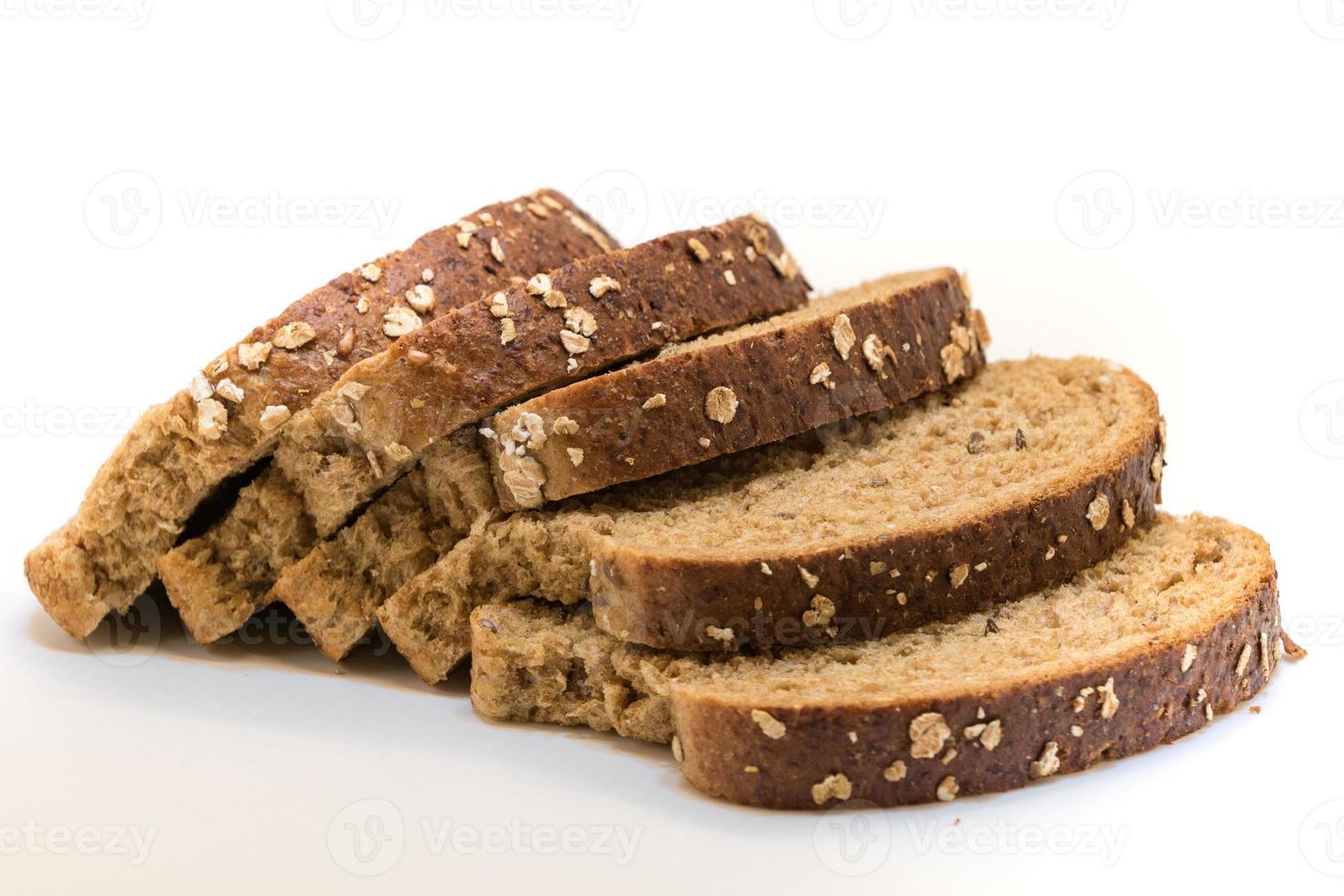 close-up van gesneden volkoren brood op wit foto