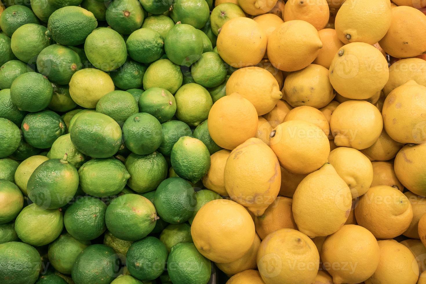 teller van gestapelde verse citroenen en limoen fruit foto