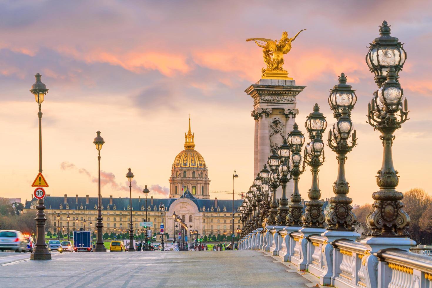 de alexander iii-brug over de rivier de seine in parijs foto
