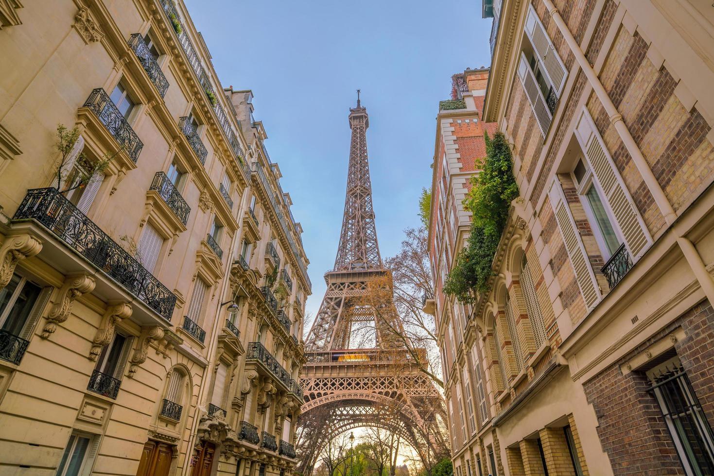 de Eiffeltoren en vintage gebouwen in Parijs foto
