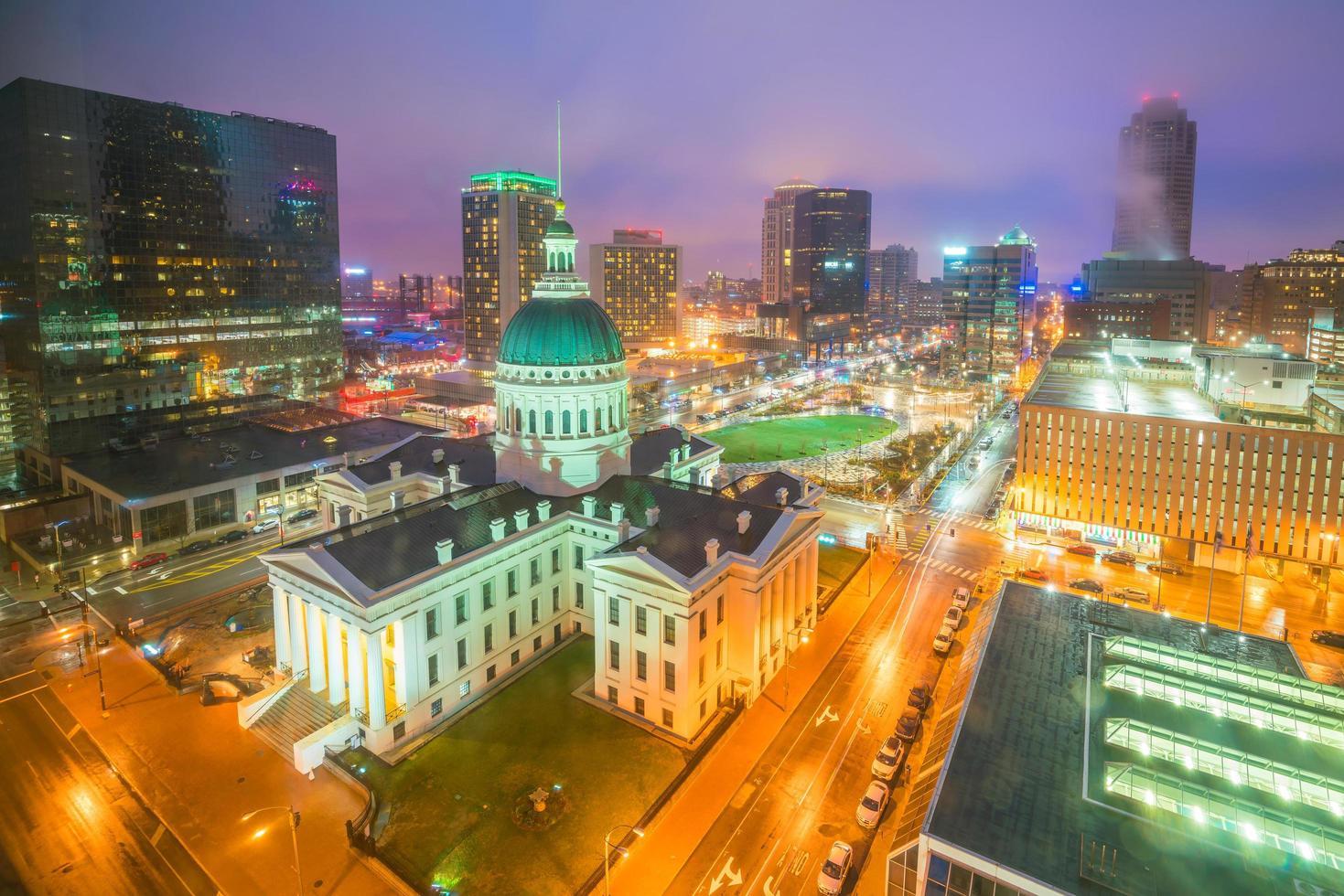 st. Louis downtown skyline bij schemering foto