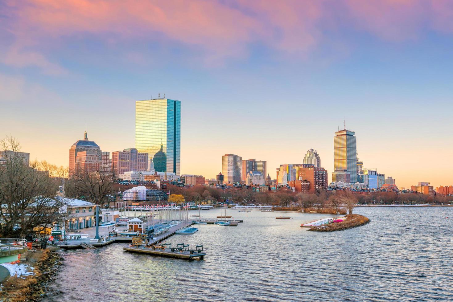 panoramisch uitzicht op de skyline van Boston met wolkenkrabbers bij schemering in de Verenigde Staten foto
