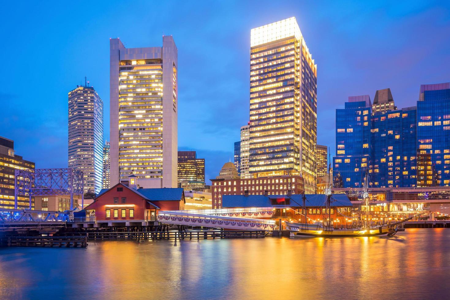 de havenhorizon van Boston bij schemering, Massachusetts foto
