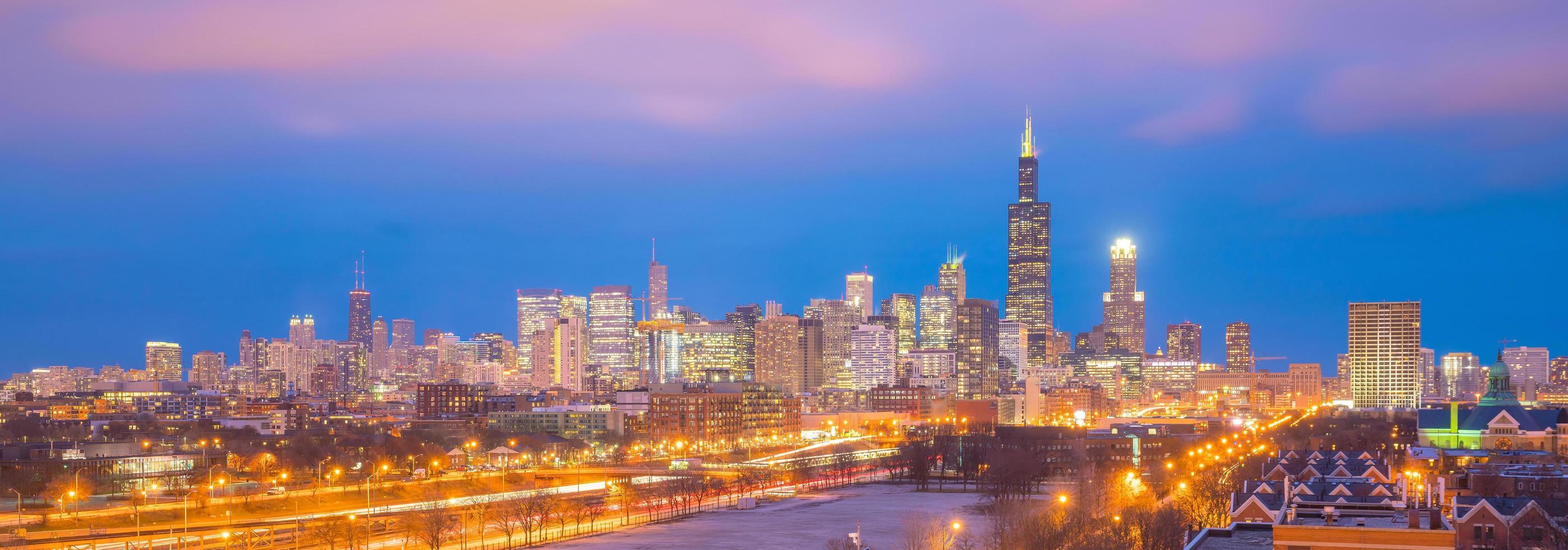 skyline van downtown chicago bij zonsondergang illinois foto