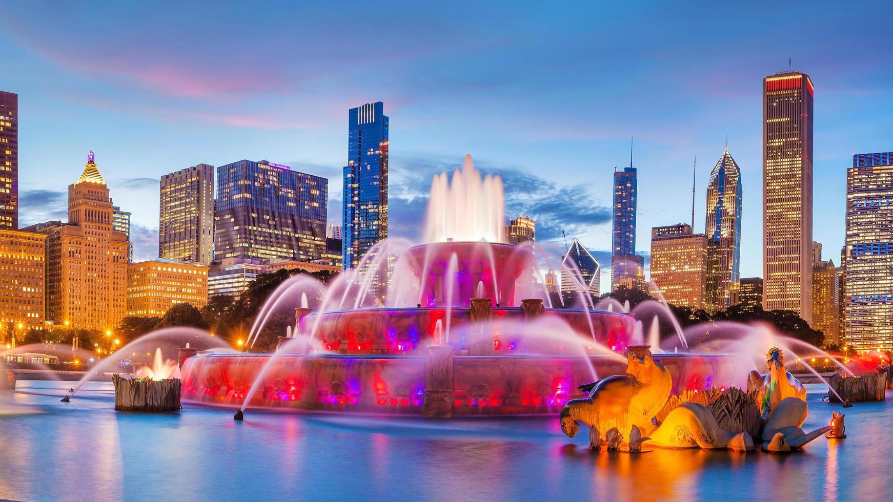 panorama van de skyline van chicago met wolkenkrabbers en buckingham fontein foto