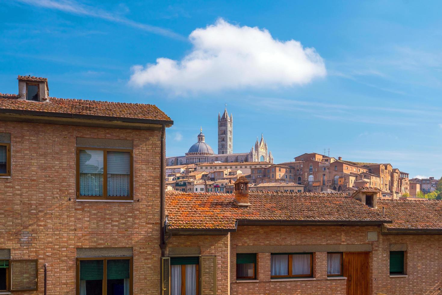 de skyline van de binnenstad van siena in Italië foto